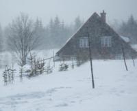 Chata - zasypana w śniegu