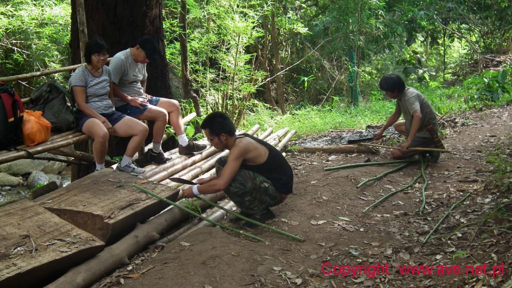 Tajscy przewodnicy przygotowują dla nas bambusowe kije