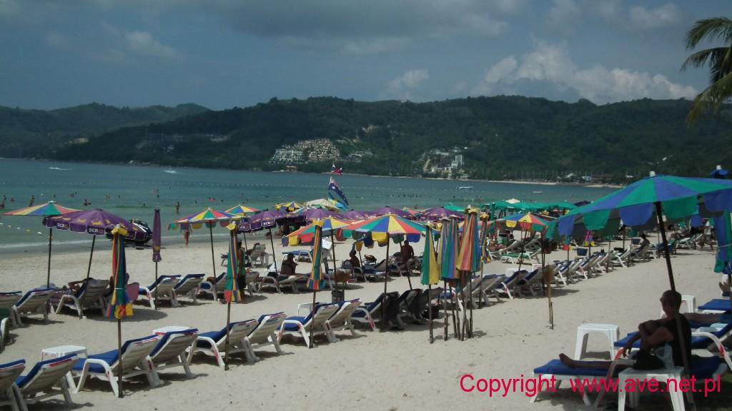 Miliony leżaków to standard na plażach Phuketu