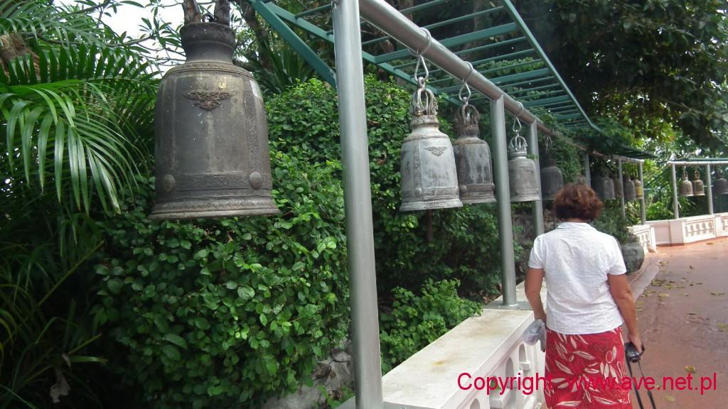 Po drodze mijamy przy okazji uderzajac w setki dzwonów, dzwonków i dzwoneczków