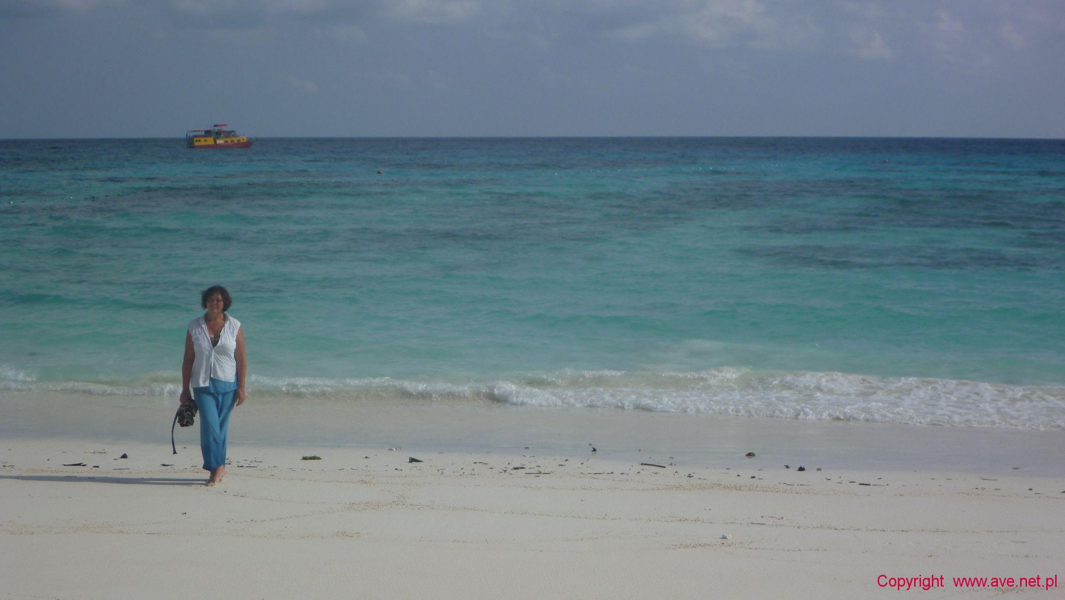 Na plaży w oddali nasz okręt